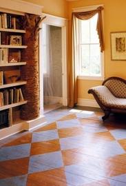 Как оригинально обновить деревянный пол, покрасив его по шаблону