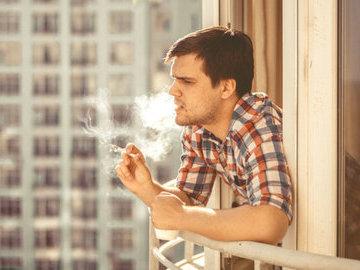 В России за курение на балконе выписали первый штраф
