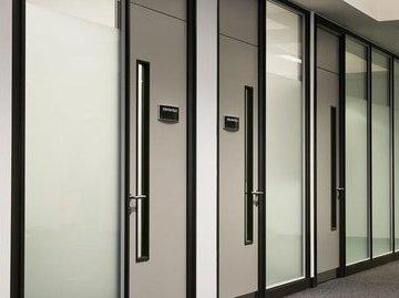 Для успеха в бизнесе правильно оформляйте дверь офиса